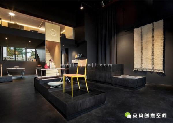 夹层的设计,为家具和其他大件物品的展示提供了更多的空间,并且前面玻璃墙的设置创造出一种视觉上的相关感和开阔感,这样一来,这个狭小的空间就不会看起来那么拥挤压抑了。