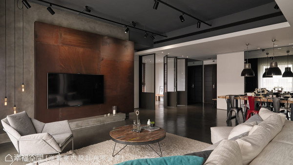 三块大小不等的锈铁板拼接出形体层次,后方及下方平台使用盘多魔材质,缀以具工业风特质的吊灯,从中传达出后现代装置艺术的概念。