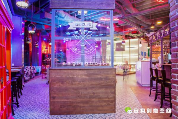 这家咖啡馆在一座购物中心内,总面积245平方米,共有85个餐位。这里的室内设计和这个品牌本身一样引人瞩目。