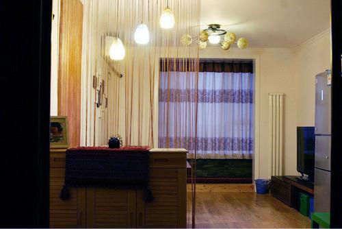 挨着卧室是个5平米的小阳台,用推拉门分割。