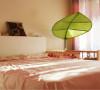 """卧室面积13平,不大不小。放上一张单人床和孩子的小床,再加上衣柜,空间就满满当当了。 孩子的床头绑了一片""""大叶子"""",主要是增加些情趣,可以把树叶拉下来躲在里面玩,也可以躺在床上,透过""""叶子""""玩手影游戏。"""
