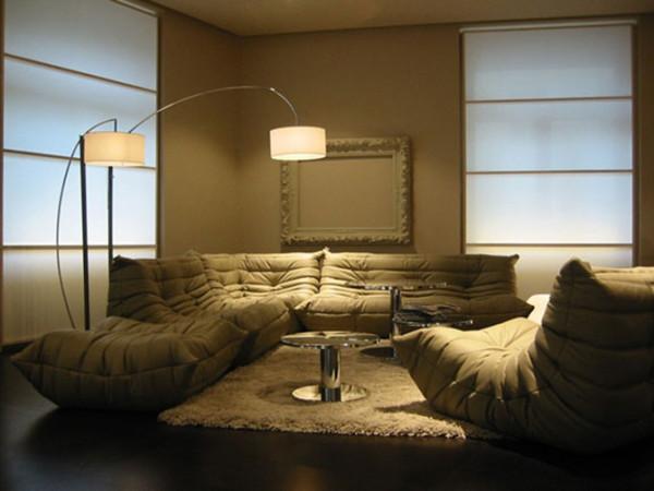 如今为了庆祝Togo 面世33周年,设计师特别增加了三座沙发连扶手设计,加上由欧洲着名的面料商和服装设计大师 Sonia 为 Togo 特制的几款面料,将 Togo系列的演绎得更加丰富。