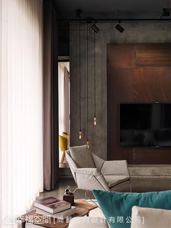 局部使用玻璃取代一般实墙隔间,让客厅及次卧房内的光线与视觉,都能穿透互通。卧室内实际上也利用双色风琴帘,兼顾房内需要的隐私,让主人可以依据生活作息自行调整。