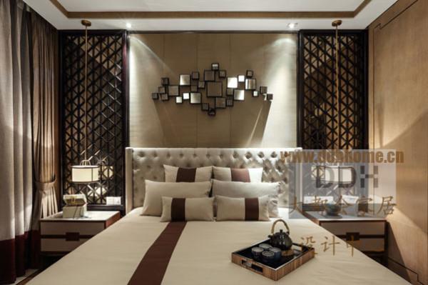 卧室简洁淡雅,以白色和暗色搭配。