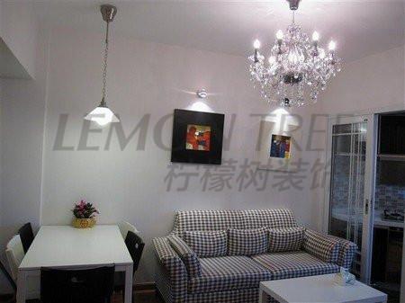 沙发建议客户买了一个简单条纹的两人沙发,可以拉伸整个客厅的空间感,在沙发背景上也没有过度的装饰,