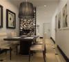 雕花的镂空隔断分开了客厅和餐厅,单独的区域划让功能区更明确。