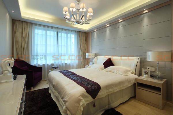 卧室床头背景墙和整个空间结合,是整个房间最有特色的地方。浅色的软包与现代简约的线条搭配,将整个房间的现代感显现得淋漓尽至。