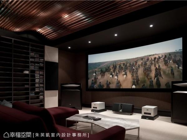 特意延请香港师父前来绷布的300吋的弧形硬投影幕,以磅礡气度展露屋主对视听质量的要求。