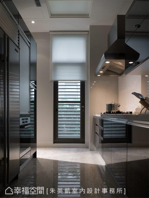 原格局中与客厅开放衔接的厨房空间,以电器柜与餐厅区隔,扩充机能之余将煮食的凌乱独立于待客空间外。