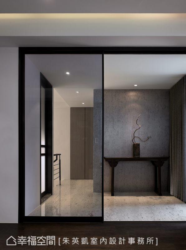 壁纸、铁件、花蝴蝶大理石地坪于梯间天地壁的铺陈,于简练灰阶中营造质感韵味。