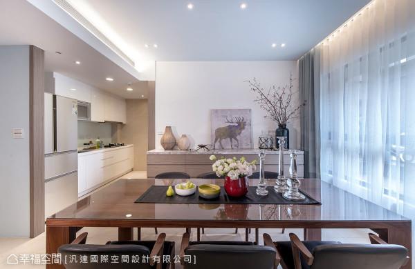 因应屋主不常开伙的生活习惯,厨房采取无隔间的设计,让空间更开阔与连贯,也让动线通透无碍。