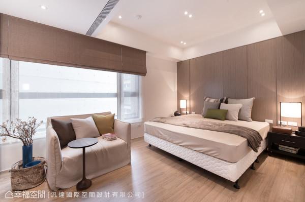 睡眠空间的立面利落简洁,木皮主墙则使用层次堆栈的手法表现,传递设计上的细腻变化。