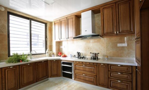 橱柜的设计,现代与古典的结合,既满足主人的烹饪要求和习惯,又与整体设计相协调。