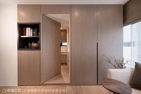 设计师在更衣室的入门处,采用隐藏式门片设计,为空间带来视觉上的惊喜,也让整体立面更干净、统一。