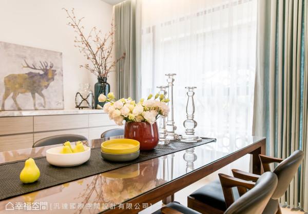 设计师为屋主选购一张长型餐桌,8人坐的位置满足全家团聚的空间,也构筑出幸福盈满的居家景象。