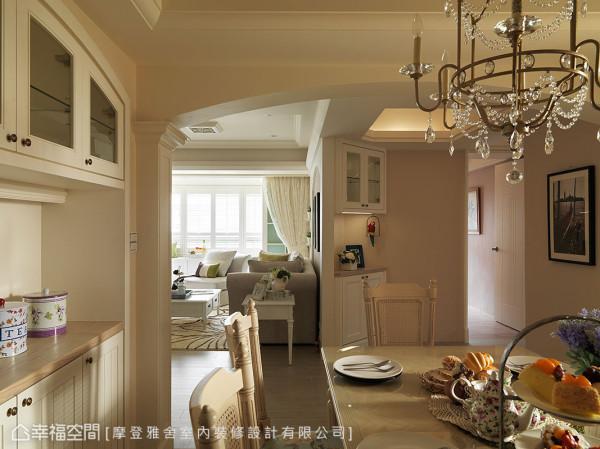设计师利用延伸的客厅墙面,在廊道规划展示端景柜,成为行进动线的目光焦点。