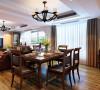 在沙发界定的客厅区间之外,轻食厨房与迷你的美式吧台结合。选一个最舒服的姿势,安坐于高脚椅之上,伴随一杯红酒的觉醒,生活情趣便在这不经意的设计中,慢慢生发