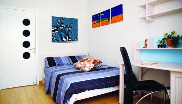 卧室的色调由两大方面构成,装修时墙面、地面、顶面本身都有各自的颜色,面积很大;后期配饰中窗帘、床罩等也有各自的色彩,并且面积也很大。
