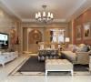 全房以垭口的形式诠释了像殿堂门厅一样的客厅、餐厅。客厅以米黄色为主,电视背景米黄色大理石,沙发背景米黄色软包,相互呼应,呵成一气。