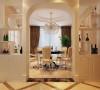 餐厅以镂空垭口酒柜和过道拱形景端形成对称,欧式风格尽显无疑。