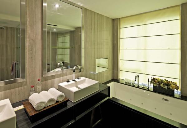 理想的卫生间应该在5~8平米,最好卫浴分区或卫浴分开。3平米是卫生间的面积底限,刚刚可以把洗手台、坐便器和沐浴设备统统安排在内。