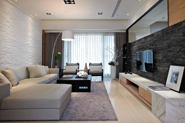 客厅中沙发的作用最为重要,它的造型和颜色会直接影响到客厅的风格,所以在选择时要慎重。展示空间是体现自己个性的地方,可以放上一件透明的橱柜,在其中放置一些收藏品或装饰品及书籍。