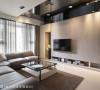 客厅主墙采用大理石施作,一方面型塑空间的温润大器,一方面也以简洁的刻沟线条,强化工艺上的精致度。