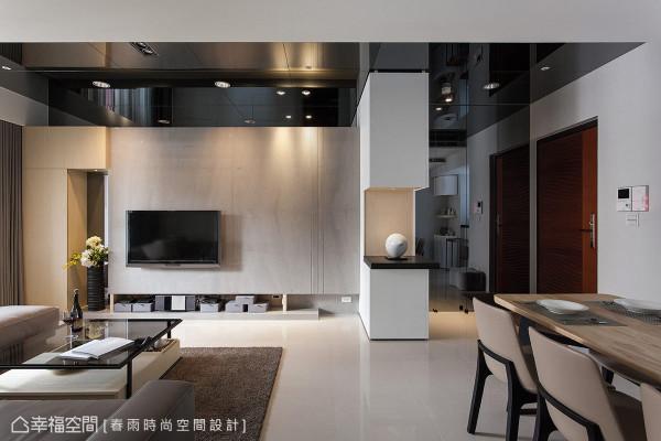 客厅天花板与玄关墙面,大量采用灰镜施作,取其摩登的精华与相对较内敛、不喧哗的折射光感。