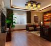 通过对客厅暗门的处理使客厅空间加大,电视背景墙、玄关以及餐厅背景的统一色调和统一的墙纸使两个空间巧妙的结合,营造出了一个低调奢华,大气和谐的一楼空间。