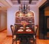 餐厅设计: 造型附带酒柜的功能,让生活与实用完美的结合,仿古的灯具,实木的餐桌,也不失典雅的高贵。