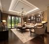 大面积的玻璃门带来了良好的采光,落地的窗帘很是气派。布艺沙发组合有着丝绒的质感以及流畅的木质曲线,将传统欧式家居的奢华与现代家居的实用性完美地结合。
