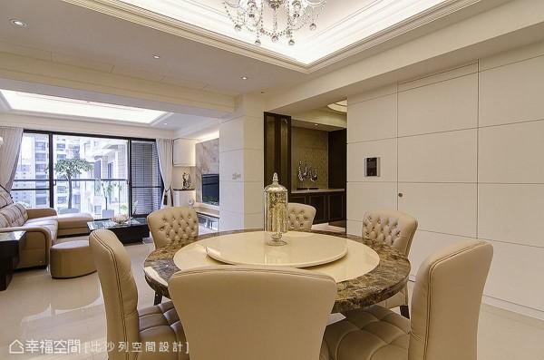 由玄关、客厅、餐厅所组成的开放式空间,让视野更加开阔通透