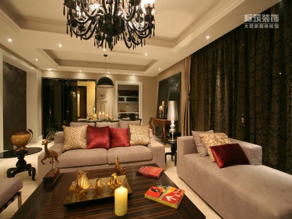 采用白色、淡色为主,家具则是白色或深色都可以,但是要成系列,风格统一。同时,一些布艺的面料和质感很重要,比如丝质面料是会显得比较高贵的。