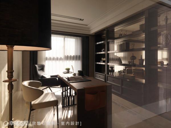 餐厅与书房以玻璃做为屏隔,双面柜的设计则分别提供两边使用;地坪则铺设灰色石材作边框,中间质材用安哥拉珍珠仿古面,营造地毯的效果