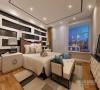 主卧室选用了简洁凝练的家具,线条简洁,纹理细腻,营造了回归自然的意境。