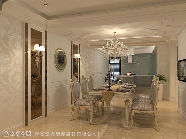 位于通往各私领域轴心处的餐厅,与厨房采开放式设计,保有敞阔空间感