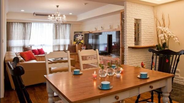 这个桌面是不想起小时后在家里吃饭的情景,木桌,下面加一些抽屉,可以储物。