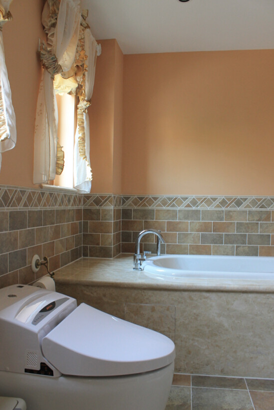 大理石花纹的墙壁搭配暗橙色墙漆,掩映着窗外的绿色风景,岂不美哉!当在卫生间尽情的享受SPA时,你会不会感觉舒畅与放松,而这就是设计师为你准备的最精美的礼物。