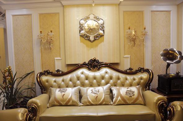 客厅以浅色白色和米黄色为大色块加以搭配。软装配上深色抱枕和沙发椅,地面配上深色地砖拼花