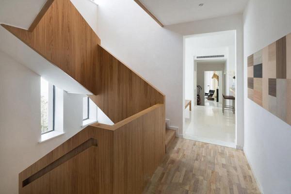 领袖翡翠山(278平米)联排别墅楼梯间实景图展示