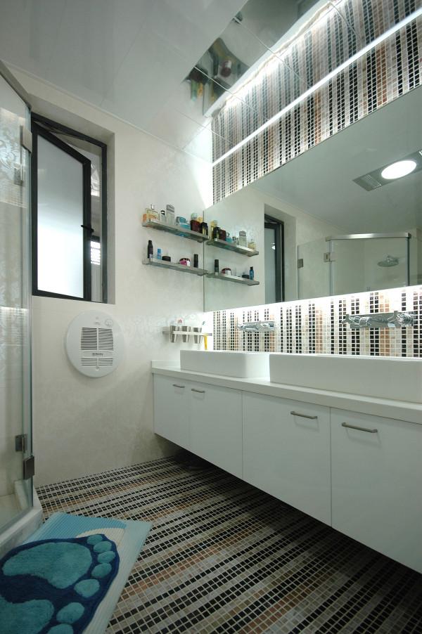 卫生间的设计独具匠心,马赛克拼贴的纵向条纹图案从墙壁延伸至地面,犹如瀑布倾泻使空间内的线条流动起来,也为简约基调的卫生间带来别样的神秘气质,增加了空间层次感又兼具装饰感。