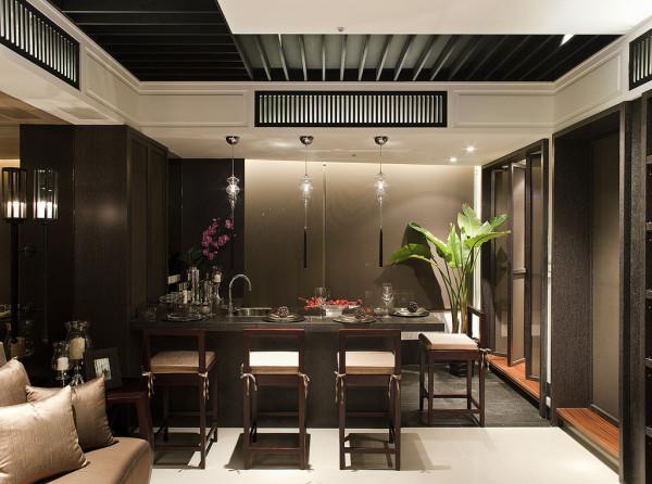 餐厅饰以精巧的灯具和雅致的插花,使整个餐厅在浓浓古韵中渗透了几许现代气息。