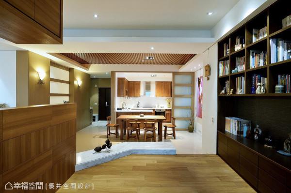 和室右侧的铁刀木柜体展现丰富的机能性,其沉稳的配色更成为视觉上的端景与重心。