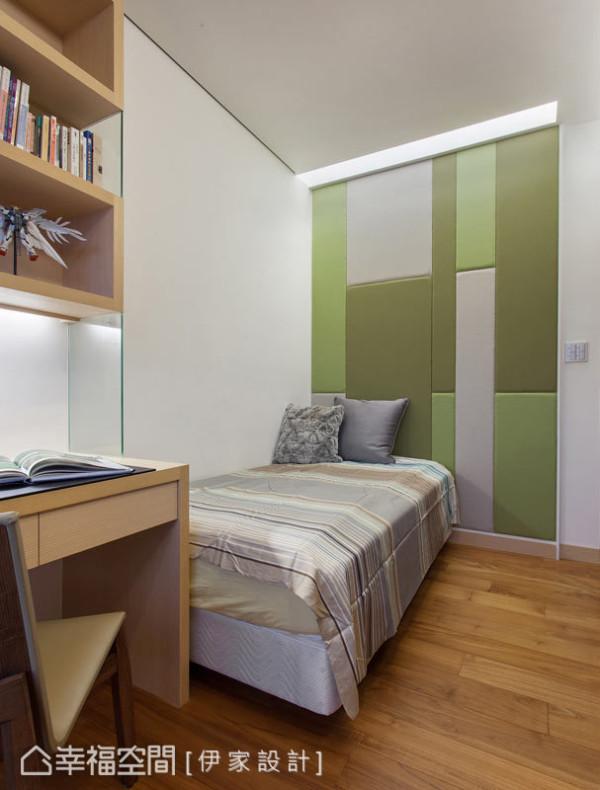 几何、鲜明的色块拼接,让小孩房的床头设计增添活泼的语汇,设计师并于上方构置流明天花,让柔和灯光晕满全室的温暖。