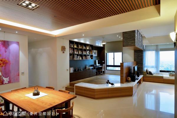 明亮的公共空间拥有两面采光,让温煦的暖阳洒落于内;餐厅天花则使用柚木格栅,勾勒出悠然的日式风情。