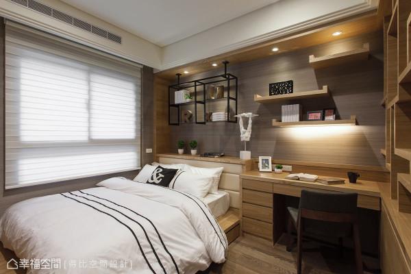 设计师利用梁下的空间,外推后增加床头台面、书桌与表示层板的空间。