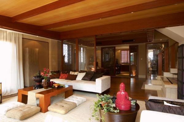 客厅:以大气优雅为主,木制半透明的推拉门与墙面木装饰的装饰造型,以冷静线条分割空间,代替一切繁杂与装饰。设计以不矫揉造作的材料营造出豪华感,使人感到既创新独特又似曾相识的生活居所