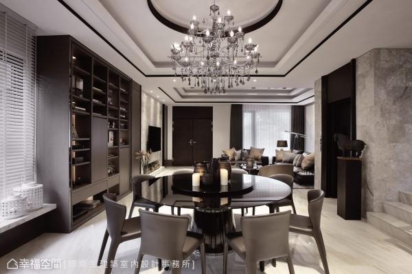 同时为梯间与餐厅的过道空间,圆顶与水晶灯的设置,使用餐机能独立于立面景致之中,而收纳展示柜为梯间端景,将屋主的品味收藏陈列其中。