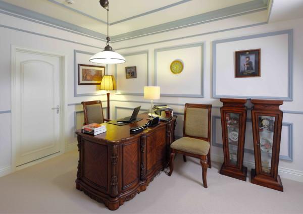 别墅设计最重要的事合理利用空间设计,满足业主的需求。二层的过厅是男主人的书房,深沉色调的家具是跟随主人多年的老物件,具有年代感,适合营造安静的氛围。