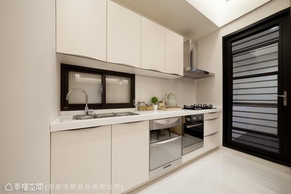 配合嵌入式炉具和基础的收纳需求,利落简洁的一字型规划,能够轻松应付一家三口的烹食习惯。